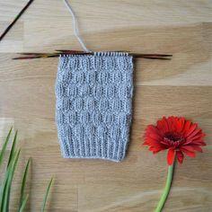 Rikottu joustinneule - 52 sukanvartta – Neulovilla Knitting Stitches, Knitting Socks, Crochet Socks, Knit Crochet, Boot Toppers, Wool Socks, Diy Projects To Try, Mittens, Slippers