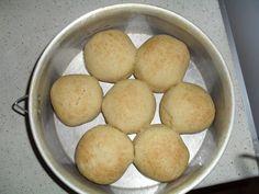 2 colheres sopa de fermento em pó  - 3 copos de leite morno  - 3 ovos  - 3 colheres sopa de açúcar  - 1 xicara cha de oleo  - 1 colher sopa de manteiga  - 1 colher sobremesa de sal  - 1 e 1/2 kg de trigo  -