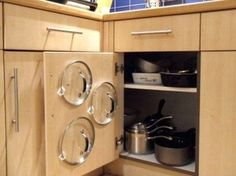 収納しにくい鍋のふたも、フックを扉につけてこんなアイディアですっきり収まっています。