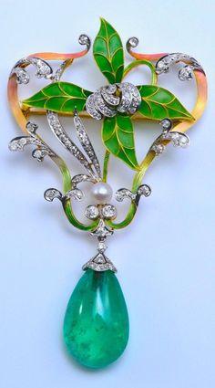 An Art Nouveau platinum, gold, plique-à-jour enamel, emerald, diamond and brooch, circa 1910. #ArtNouveau #brooch #antique