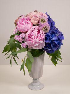 スパイラルブーケのテクニック動画です。 このテクニックを使うと立体的に花を束ねることが出来ます。 プレゼントの花束やウェディングのクラッチブーケもこのテクニックで作ります。 また、花瓶に簡単に生けることもできます。 講師:落合邦子 Vase, Home Decor, Decoration Home, Room Decor, Vases, Home Interior Design, Home Decoration, Interior Design, Jars