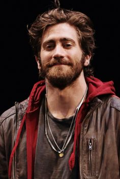 oh the things I'd do to this man. Jake Gyllenhaal you make me go nuts with a beard!!!