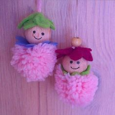 Aus Woll-Pompoms, Holzkugeln und Filzblüten entstehen diese niedlichen Gesellen. #frühling #basteln #wolle #yarn #crafting #spring #springtime #niedlich #cute #dekoration #decoration #ornaments #pompom #diy #handmade
