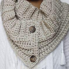 Free crochet pattern for a button crochet scarf - Modern