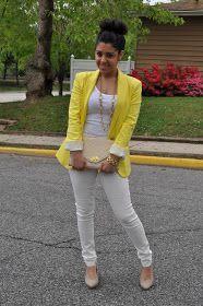 Calça branca e blazer amarelo.