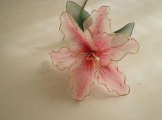 Un bello lirio hecho de nylon. Muy sencillo y queda precioso en un centro de mesa. A beautiful nylon lily. Mas tutoriales en edmagarita.blogspot.com BLOG DE ...