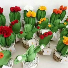 Se cerchi un'idea i Kikoer le tel i d mc xkM bomboniere. Felt Diy, Felt Crafts, Diy And Crafts, Cactus Craft, Cactus Decor, Cacti And Succulents, Cactus Plants, Cactus Fabric, Cactus Wedding