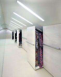 Oryginalna zabudowa pełniąca rolę garderoby, wykorzystująca skos pod dachem. Projekt studio Metropolis II. HOMEBOOK/METROPOLIS II