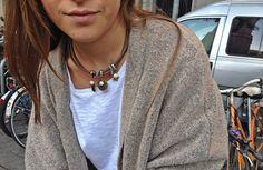 Collar corto, realizado con cintas de piel trenzada y colgantes en acabado oro viejo + perlas de rio. Para más información o venta, contactar: cc_carrera@yahoo.es