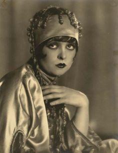 Clara Bow @@@@@......http://www.pinterest.com/pocketmuseum/1920s-fashion-in-photographs/ ......€€€€€€€€€€€€€€€€€€€€€€€€€€€€