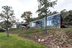 Het Mexicaanse Elias rizo arquitectos werd ingeschakeld om een huis tegen een berg te ontwerpen. En…