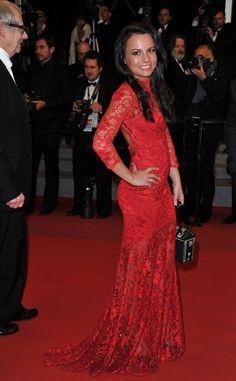 La actriz Jasmin Riggins con un vestido rojo de encaje con escote en la espalda, Cannes 2012