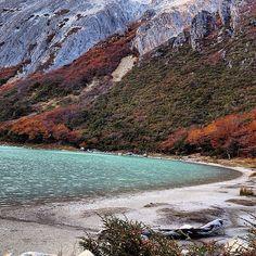 Un lago color Esmeralda en Tierra del Fuego  Es un pequeño espejo de agua, pero con un color esmeralda que lo hace único sumado a su entorno de montañas, bosques y glaciares. Laguna Esmeralda es una excursión de trekking cerca de la ciudad de Ushuaia (está a unos 20 kilómetros). Llegar al lago requiere unas dos horas de caminata atravesando turbales, bosques, y bordeando ríos de deshielos por un sendero bien señalizado. Argentina