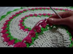 TAPETE CARINHOSO PARTE 1 DE 2 -VAL GOMES - YouTube Crochet Mandala, Crochet Flowers, Crochet Designs, Crochet Table Mat, Knit Pillow, Chrochet, Diy And Crafts, Crochet Necklace, Glamour