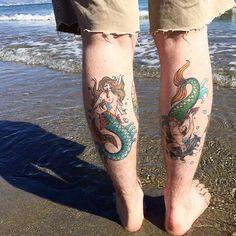 Afbeeldingsresultaat voor tatuagem sereia old school Cute Tattoos, Beautiful Tattoos, New Tattoos, I Tattoo, Tatoos, Traditional Mermaid Tattoos, Mermaid Tattoo Designs, Yin Yang Tattoos, Birthday Tattoo