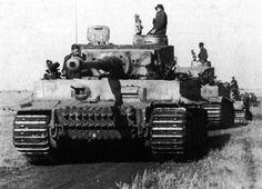 https://flic.kr/p/fyosjL | Panzerkampfwagen VI Tiger (8,8 cm L/56) Ausf. E (Sd.Kfz. 181) | Une colonne de Tiger (probablement un Zug) de le 8. schwere Panzer-Kompanie (SS-Panzer-Regiment 2) de la SS-Panzer-Grenadier-Division « Das Reich » monte au front pendant l'opération « Zitadelle ». L'unité ne compte alors que 12 « lourds » opérationnels au début de l'offensive d'été de la Wehrmacht (sur 14).