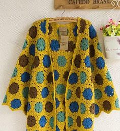 Reel-motif-lady-plenty-of-yellow-blue-brown-hirka hirka - Dekor Crochet Coat, Crochet Jacket, Crochet Cardigan, Crochet Clothes, Hippie Crochet, Granny Square Crochet Pattern, Crochet Magazine, Crochet Designs, Knitted Hats
