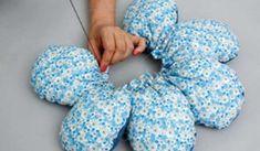 Como fazer almofadas flor - Pesquisa Google https://www.google.com.br/url?sa=i&rct=j&q=&esrc=s&source=images&cd=&cad=rja&uact=8&ved=0CAYQjB0&url=http%3A%2F%2Fwww.bigtudoartesanato.com.br%2Fdicas-de-almofadas-feita-de-flor-de-tecido-como-fazer%2F&ei=DStiVc-QJ4HXggSCh4DIDA&psig=AFQjCNHaZCbULG0q6-HKKESAOWjZlleIBQ&ust=1432583247463769