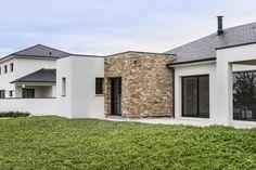 Lons, Pyrénées Atlantiques, France. Design et construction by Maisons Aquitaine. #mur #pierre #moderne #cube #design #ardoise #texture #baievitrée  Crédit Photo : Agence Freestyle