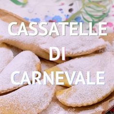 Cassatelle of Carnival- Cassatelle di Carnevale CARNIVAL CASSATELLE are a typical Sicilian sweet of the carnival tradition: sweet golden and crunchy crescents hide a filling of ricotta and chocolate! Delicious Cake Recipes, Yummy Cakes, Sweet Recipes, Yummy Food, Italian Pastries, Italian Desserts, Small Desserts, Just Desserts, Cookie Cake Pie