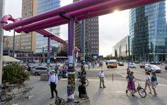 -Sigue el camino de los tubos rosas- En el cenagoso Berlín, los festivos conductos que liberan del agua los cimientos de los edificios pueden servir como hilo de una interesante ruta turística