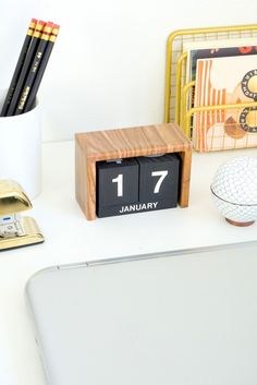 Keep yourself organized this year by creating this DIY flip clock desk calendar.
