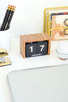 Keep yourself organized this year by creating this DIY flip clock desk calendar.