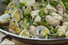 Comment faire le porc aux palourdes en cataplana. Viande et fruits de mer cuisinés dans le récipient typiquement portugais. C'est super bon ! Recette facile