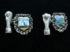 antiga abotoadura em prata com figa e detalhes esmaltados alusivos a inauguração de Brasília - anos 60