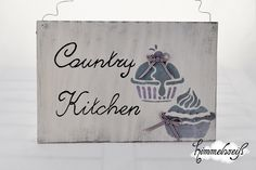 """Ein schönes weißes Dekoschild im Shabby-Stil mit grau/lila Muffins mit Schleifchen und """"Country Kitchen"""" -Schriftzug für die shabby Landhausküche.   A"""