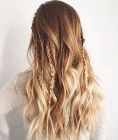 Cheveux ondulés, éclaircis, avec quelques tresses. #GrCreative #Braids #Bond #Wavy #Hair #Hairstyles #Summer #SummerHairstyle