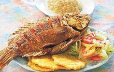 Mojarra frita con patacones, ensalada de aguacate y arroz blanco...mmm