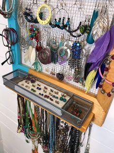 Jewerly Organizer Wood Shops New Ideas Untangle Necklace, Beach Makeup, White Dress Pants, Frame Display, Diy Schmuck, Wedding Beauty, Jewellery Storage, Trendy Wedding, Blue Stripes