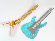Los niños disfrutan mucho con la música, sobretodo si eso significa poder tocar una guitarra de juguete, por desgracia no siempre tenemos una disponible en cas