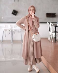 21 Modest Ways To Style Long Pleated Skirts With Hijab Fashion - Zahrah Rose hijab remaja rok plisket Hijab Chic, Modest Fashion Hijab, Modern Hijab Fashion, Street Hijab Fashion, Casual Hijab Outfit, Hijab Fashion Inspiration, Islamic Fashion, Muslim Fashion, Mode Inspiration