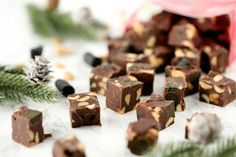Helppo ja nopea suklaafudge lakritsilla ja pähkinöillä - Suklaapossu Christmas Cards, Place Cards, Place Card Holders, Candy, Vegan, Chocolate, Gifts, Drink, Food