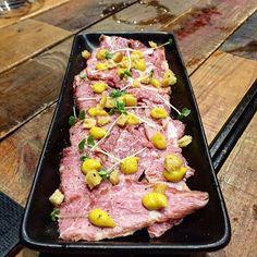 Tataki de presa ibérica con berenjena y mostaza . #tataki #presaiberica #berenjena #mostaza #valencia #gastro #gourmet #canallabistro #ricardcamarena by dondecomemos