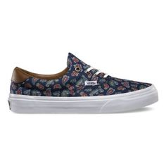 The Paisley Era 59, a low top lace-up skate shoe, has a durable double-stitched canvas upper with an all-over paisley print, leather heel accent, metal eyelets, padded tongue and lining and Vans signature waffle outsole.