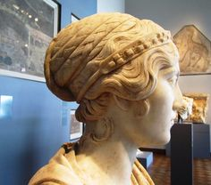 Bust of a young woman, possibly a priestess judging from her diadem and hairstyle, late Roman era Reinette: Ancient Roman Hairstyles and Headdresses from the Severan to the Theodosian Dynasty Roman Hairstyles, Medieval Hairstyles, Bun Hairstyles, Ancient Rome, Ancient Greece, Ancient Art, Roman Dress, Roman Clothes, World Hair