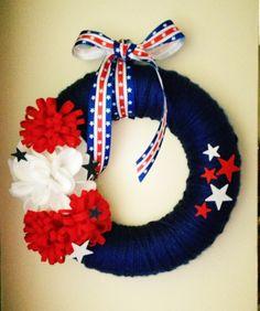 Patriotic Yarn Wreath  #diy #crafts #yarn #wreath