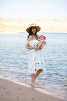 Off the shoulder, large lace pattern, in combination with the beach hat