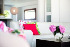 Um tapete novo, almofadas estampadas, uma cortina diferente, paredes coloridas. Não faltam opções charmosas para realçar a decoração. Inspire-se com ideias simples e dicas de acessórios que vão deixar a sua casa mais bonita e acolhedora.   Para estimular a sensação de bem-estar, a decoraçãodeve ter a sua cara, combinar com a sua personalidade,