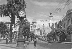 Avenida Sete Setembro - Aspecto da área onde ficava a Igreja de São Pedro, após as reformas, com a av. Sete de Setembro, em foto por volta dos anos '40. O Relógio de São Pedro (a frente) foi instalado em 1916.Google