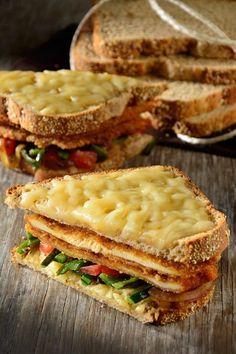 Te presentamos un sándwich con milanesa de pollo, chile poblano y queso. Es un sándwich muy completo, perfecto para una deliciosa comida. Es sencillo de preparar y tiene todo el sabor de Pan Oroweat®️️️ 7 Granos que tanto te gusta.