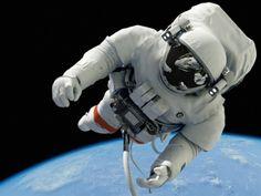 アポロ11号のケースを引用していえば「点々・線状の・雲のような光が見える」そうで、こういった現象は3分毎に起こるそうだ。科学では未だに完全に解明されていない自然現象の一つである。コズミックレイは凄まじい速さで移動するエネルギーなので、宇宙飛行士の身体を突き抜けて行く。身体への害はないと言われているが、その真意は調査中であるそうだ。