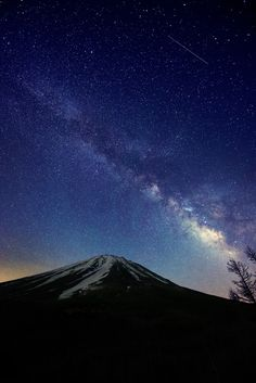 Mt Fuji, the Milky Way and a Shooting Star (富士と銀河に流星) by Yuga Kurita (栗田ゆが) - What a fortuitous shot by Yuga Kurita! This shot was taken a few miles up the mountain from Fujinomiya city & just a very short drive from my house. Monte Fuji, Sun And Stars, Shooting Stars, Milky Way, Natural Wonders, Japan Travel, Night Skies, Pretty Pictures, Beautiful World