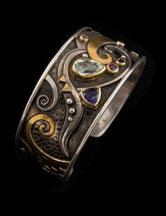 LINDA LADURNER / Bracelet 2003. Silver, gold, aquamarine, iolite, rhodolite. Bracelet argent, or, aigue-marine, iolite, rhodolite. Pièce unique.
