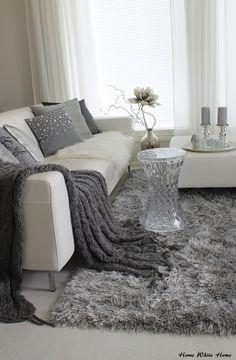 Monissa blogeissa on kiertänyt haaste, jossa olohuone stailataan eri tyyleillä ja omista kaapeista löytyvillä somisteilla. Minäkin innostui...