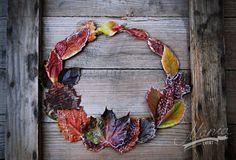Autumn style door decoration. A beautiful autumn leaves door wreath.  Design by Dorota Szelągowska www.dorotaszelagowska.pl