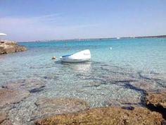 La bellezza di unimmagine evocativa della pace e del silenzio, come questa. Una barca sul mare quieto di Gallipoli. http://www.nelsalento.com